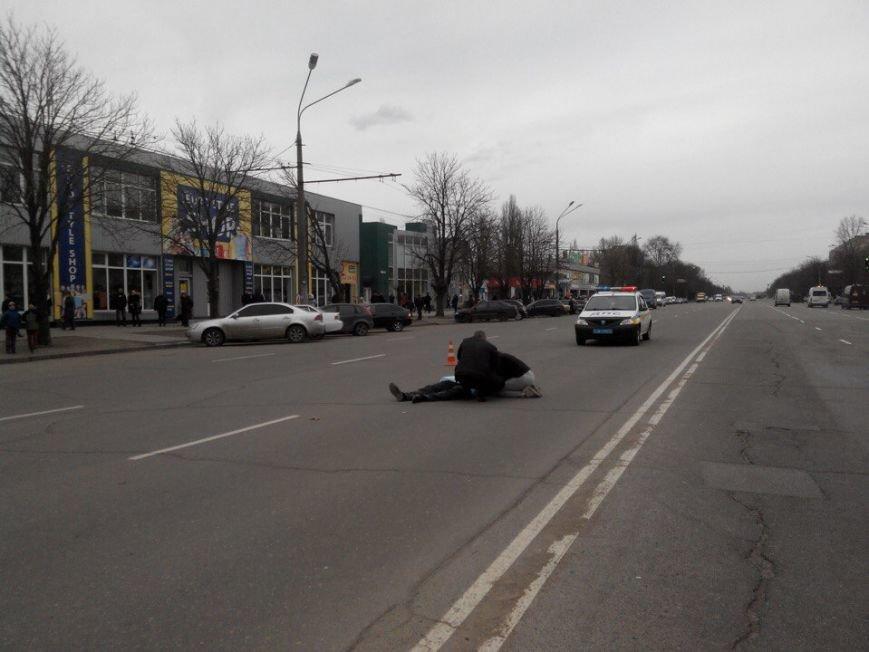 Криворожанин, переходивший дорогу вместе с другом, попавшим под колеса автомобиля, стоя на коленях плакал над его телом (ФОТО 18+), фото-2