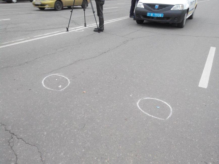 Криворожанин, переходивший дорогу вместе с другом, попавшим под колеса автомобиля, стоя на коленях плакал над его телом (ФОТО 18+) (фото) - фото 1