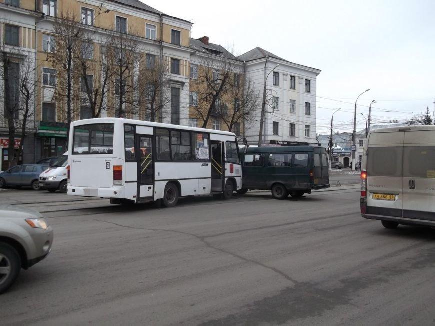 Из-за ДТП с маршруткой в Твери пострадала женщина-пассажир (фото) - фото 1
