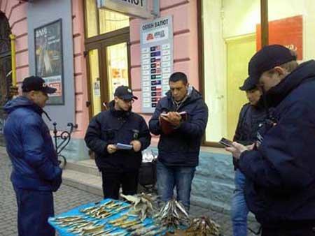 За торгівлю таранькою в центрі міста чоловіку доведеться заплатити чималий штраф (фото) - фото 1