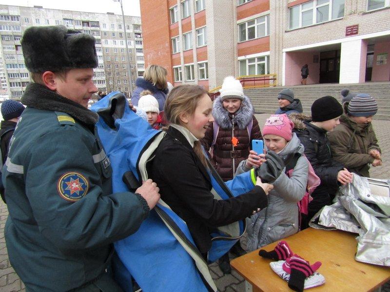 Новополоцкие спасатели провели мастер-класс по эвакуации при срабатывании аварийных сирен, фото-12
