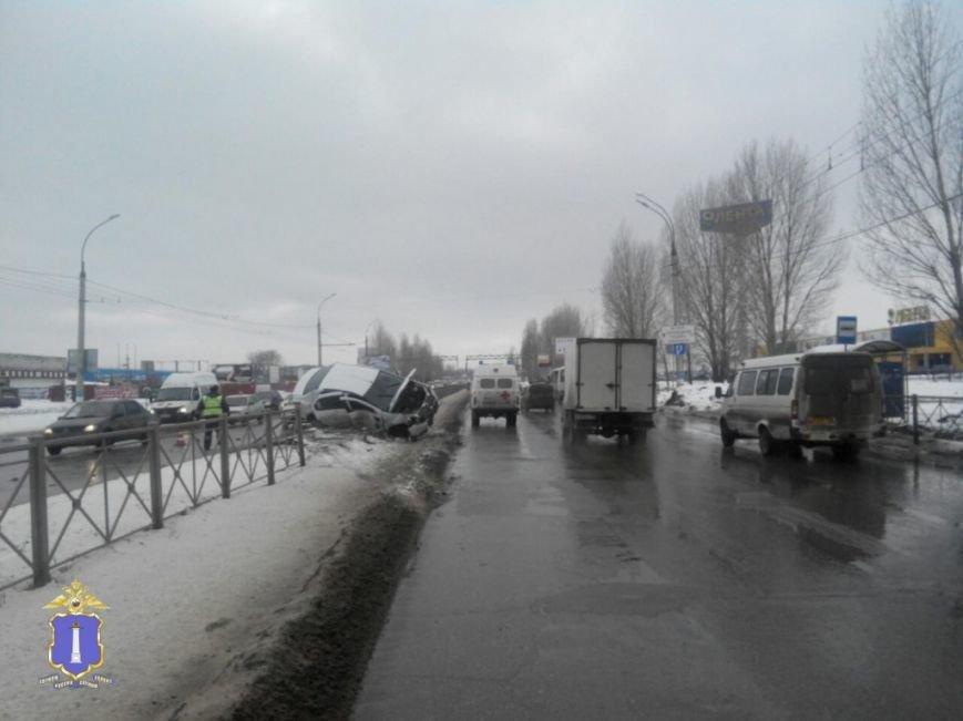 В Заволжье иномарка повисла на ограждении (фото) - фото 1