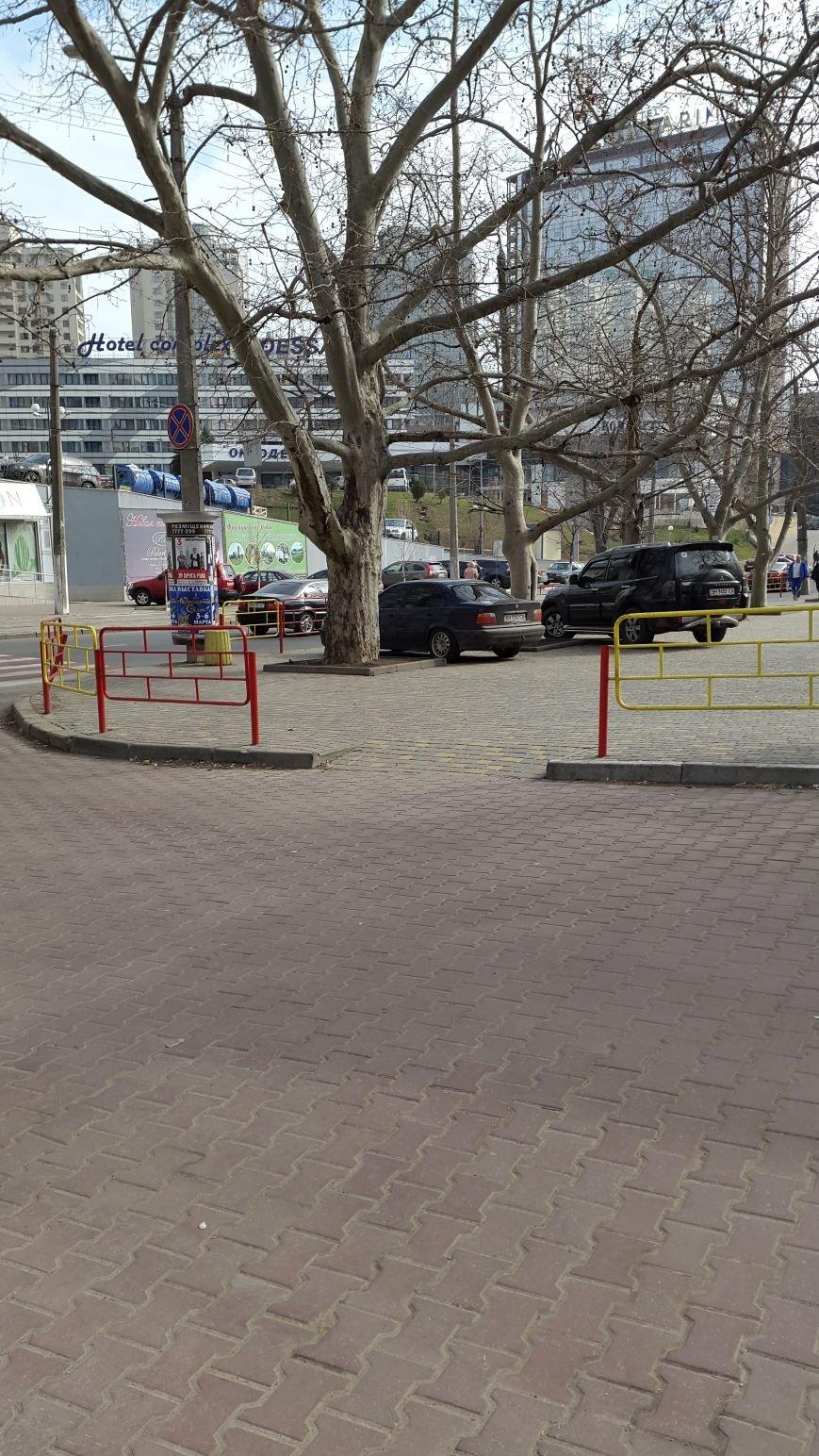 Мастерство не пропьешь. На красивом тротуаре в Аркадии начали парковаться, перепрыгивая через забор (ФОТО) (фото) - фото 1