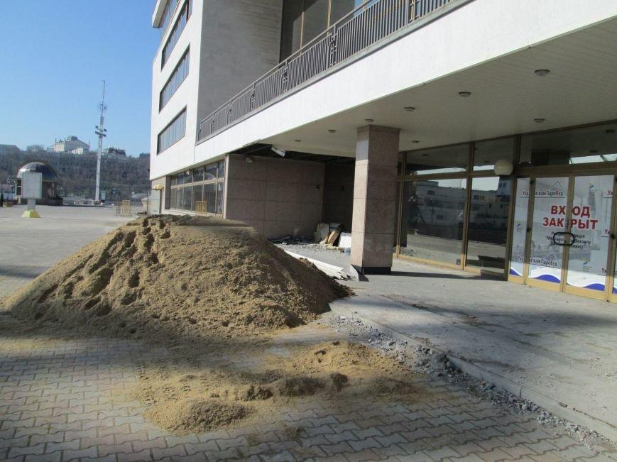 Недружелюбные рабочие демонтируют здание Одесского морвокзала (ФОТО) (фото) - фото 1