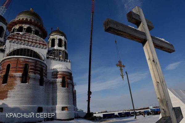 На купола кафедрального Преображенского собора возвели кресты (фото) - фото 1