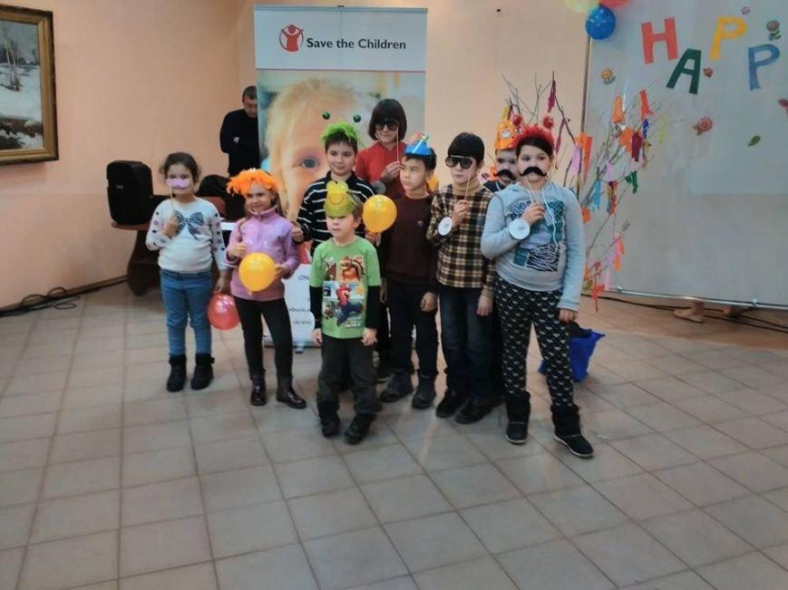 В Бердянском художественном музее дети путешествовали со своими старыми друзьями (фото) - фото 5