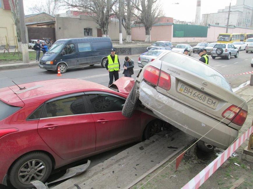 334c75e6eb239441c66f491125e07f96 Груда металлолома: В Одессе на Мельницкой столкнулись сразу 4 автомобиля