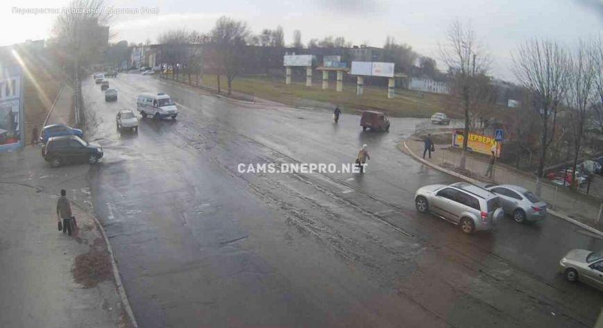 Проспект Тараса Шевченко в Днепродзержинске заливает водой (фото) - фото 1