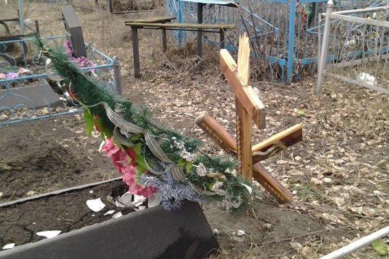 В Полтавской области неизвестные изувечили 20 могил на кладбище (фото) - фото 1