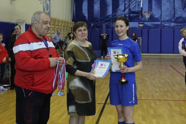 Кубок победителя получает капитан команды ГБОУ школа № 500