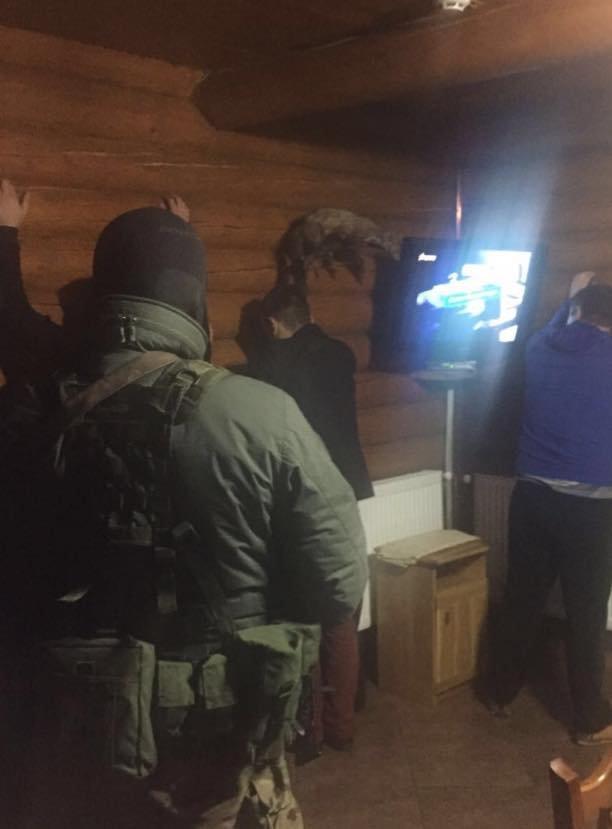На хабарі у розмірі 25 000 гривень затримали трьох львівських митників (ФОТО), фото-2