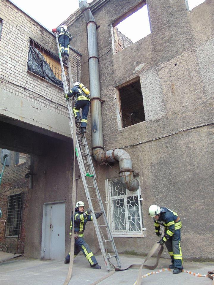 На территории мариупольского отдела полиции тушили импровизированный  пожар (ФОТО), фото-5