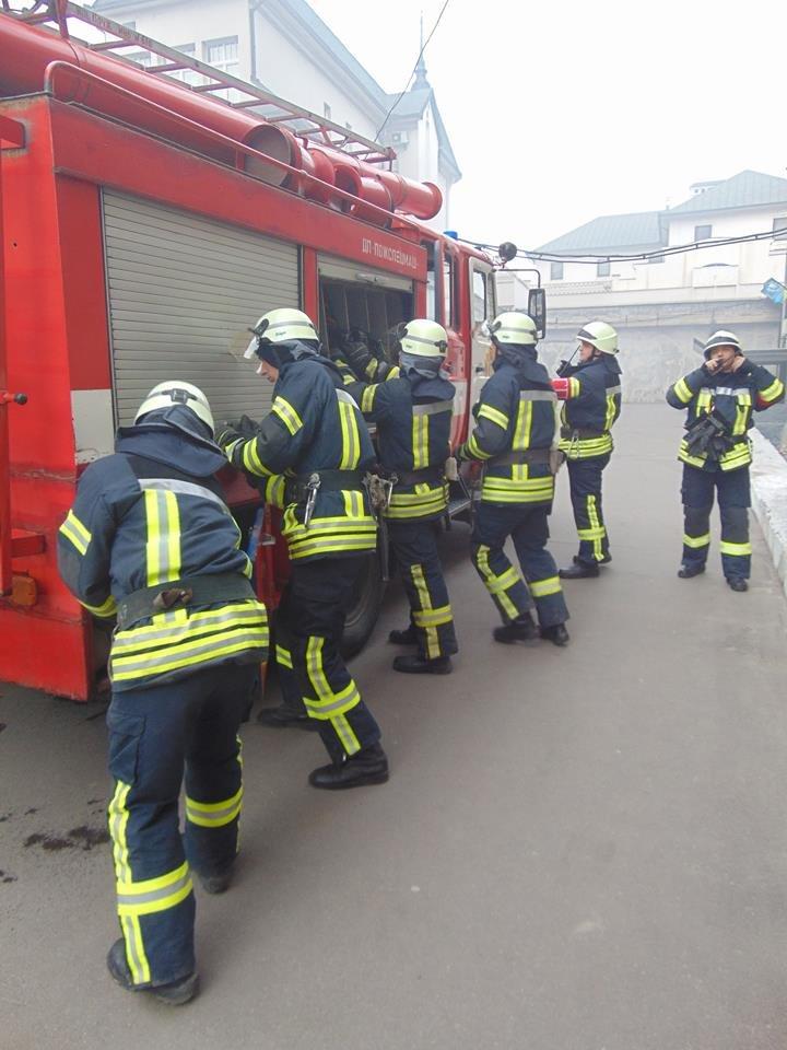 На территории мариупольского отдела полиции тушили импровизированный  пожар (ФОТО), фото-6