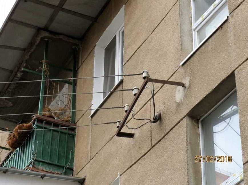ab03f04d5895594bd42741f251c84a83 В Одессе огромный засохший тополь рискует свалиться на детский сад