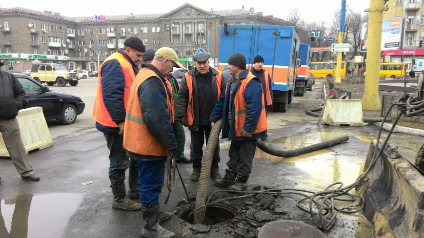 В центре Днепродзержинска из-за прорыва водопровода ограничено движение транспорта, фото-2