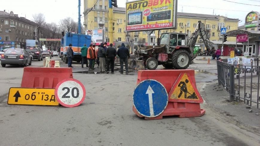 В центре Днепродзержинска из-за прорыва водопровода ограничено движение транспорта, фото-1