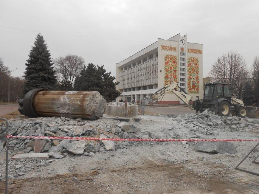 В Днепродзержинске продолжаются работы по демонтажу остатков памятника Дзержинскому (фото) - фото 1