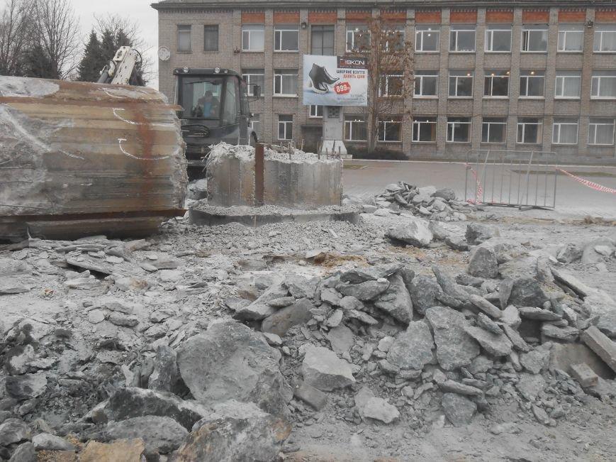В Днепродзержинске продолжаются работы по демонтажу остатков памятника Дзержинскому (фото) - фото 2