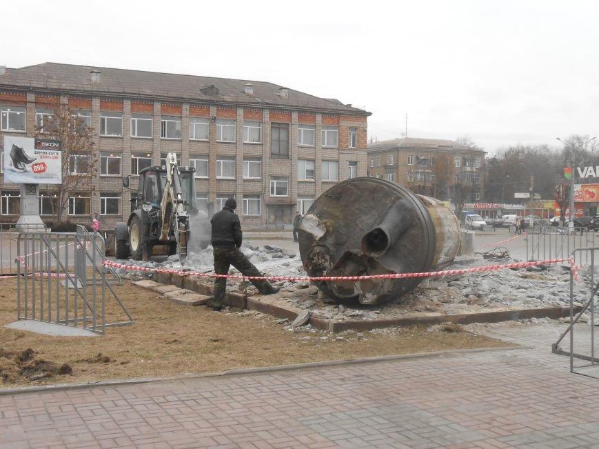 В Днепродзержинске продолжаются работы по демонтажу остатков памятника Дзержинскому (фото) - фото 3
