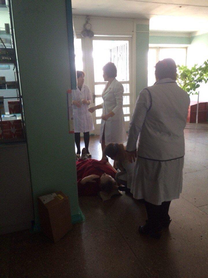 """В Кривом Роге медики собрали """"консилиум"""" вокруг женщины, упавшей в обморок под окошком регистратуры (ФОТО), фото-1"""