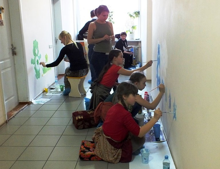 Юні художники прикрашають дитячі лікарні Черкас яскравими малюнками (ФОТО) (фото) - фото 1