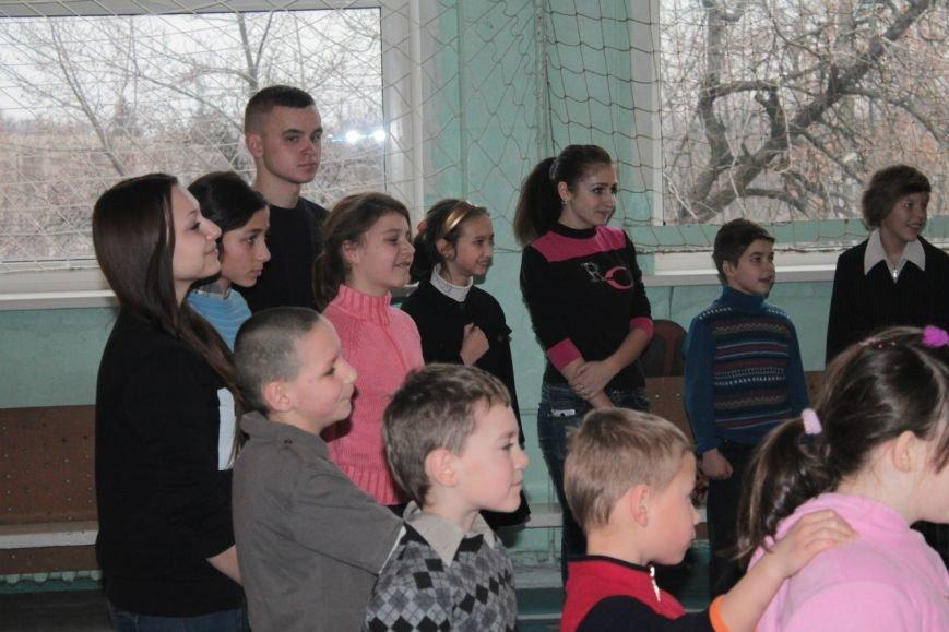 Днепродзержинские студенты провели акцию «Подари ребенку улыбку» (фото) - фото 3