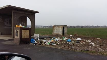 Хуже Гондураса: Поля у трассф под Одессой усеяны пластиковыми бутылками (ФОТО) (фото) - фото 1