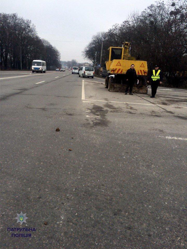Патрульні виписали штраф трактористу за пошкодження проїжджої частини (ФОТО), фото-1