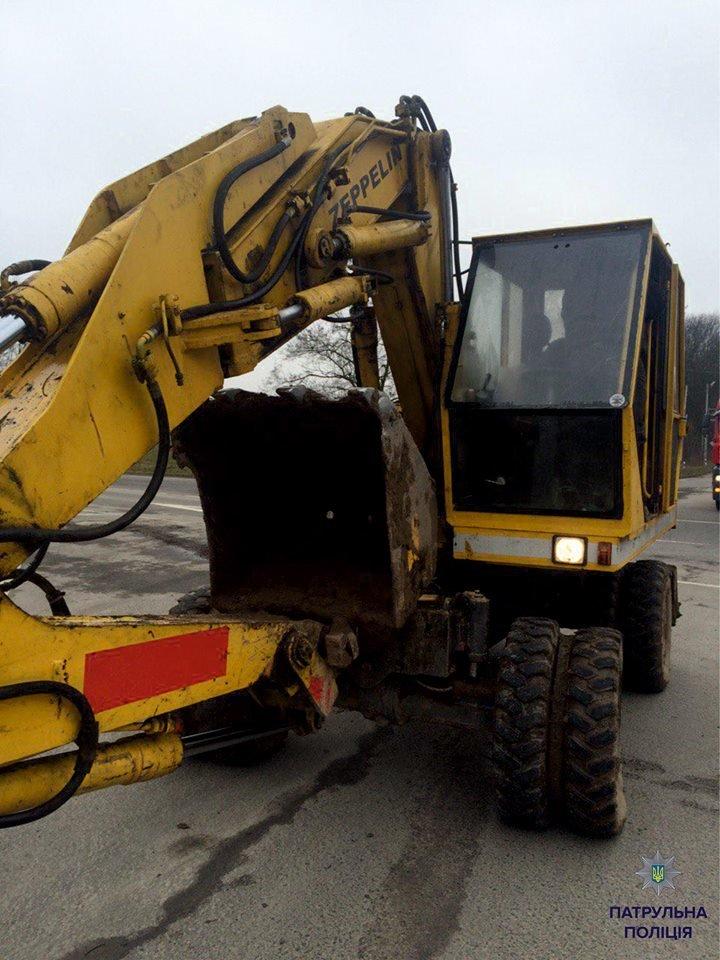 Патрульні виписали штраф трактористу за пошкодження проїжджої частини (ФОТО), фото-5