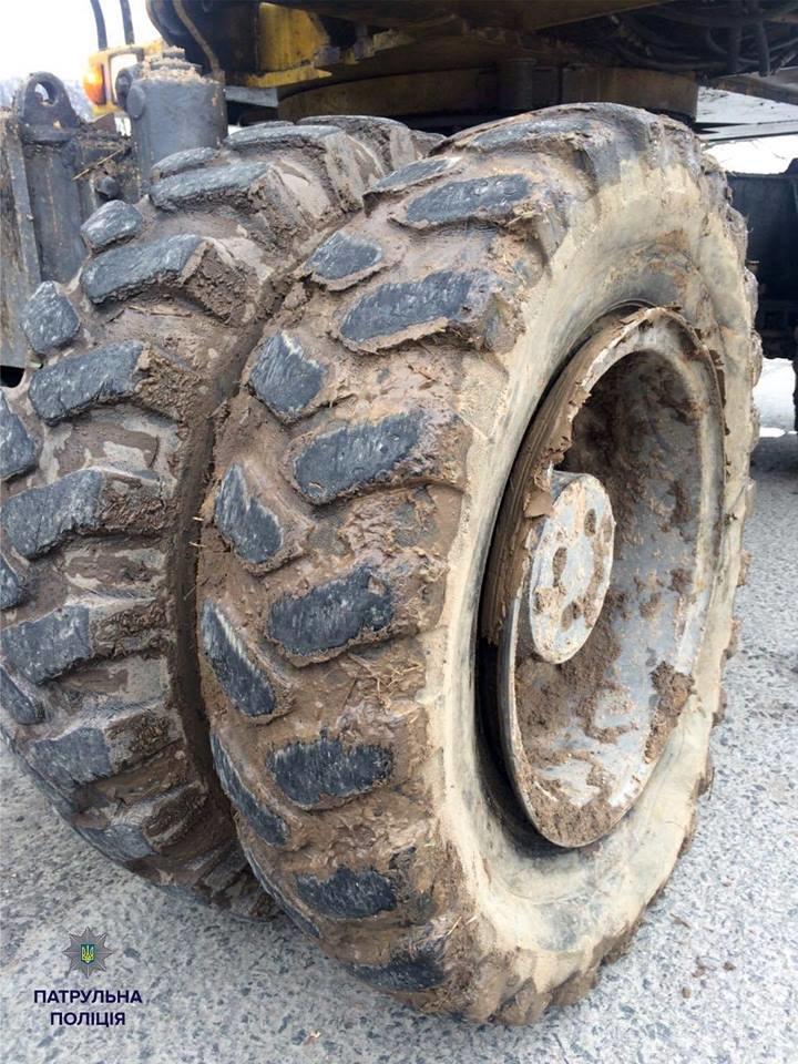 Патрульні виписали штраф трактористу за пошкодження проїжджої частини (ФОТО), фото-4