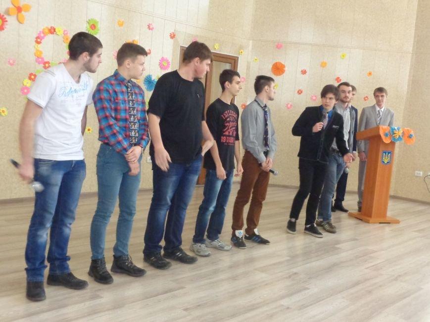 Послушные мужские сердца и изысканные слова: в ДонНТУ Красноармейска состоялся концерт, посвященный грядущему 8 марта (фото) - фото 3