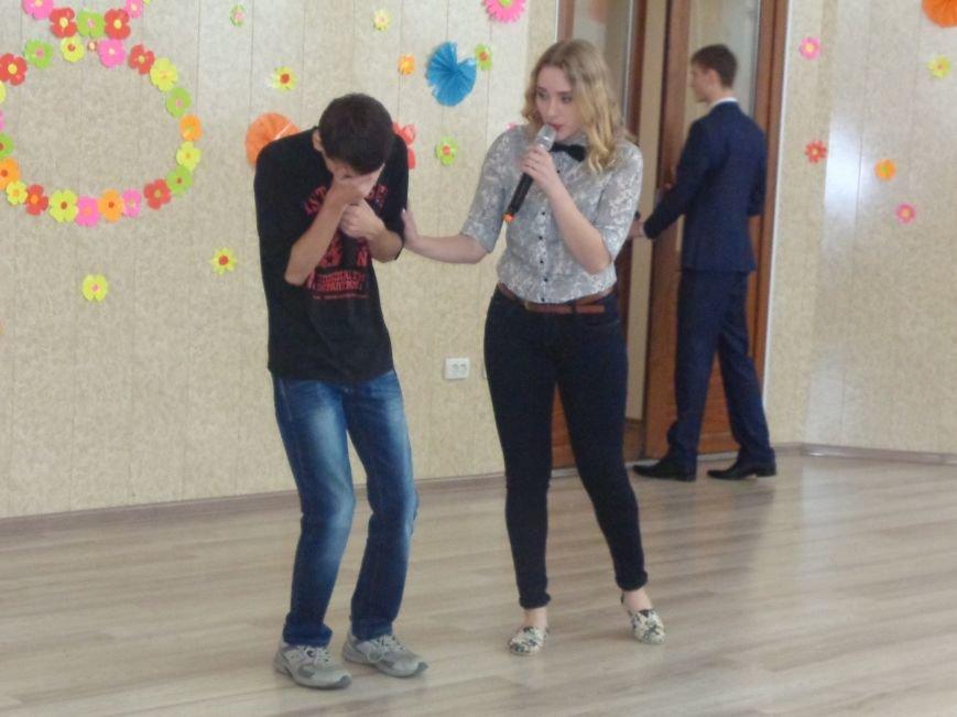 Послушные мужские сердца и изысканные слова: в ДонНТУ Красноармейска состоялся концерт, посвященный грядущему 8 марта (фото) - фото 7