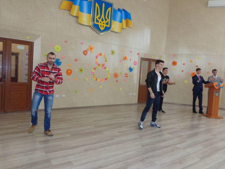 Послушные мужские сердца и изысканные слова: в ДонНТУ Красноармейска состоялся концерт, посвященный грядущему 8 марта (фото) - фото 25
