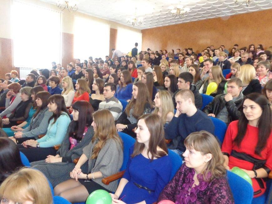 Послушные мужские сердца и изысканные слова: в ДонНТУ Красноармейска состоялся концерт, посвященный грядущему 8 марта (фото) - фото 29