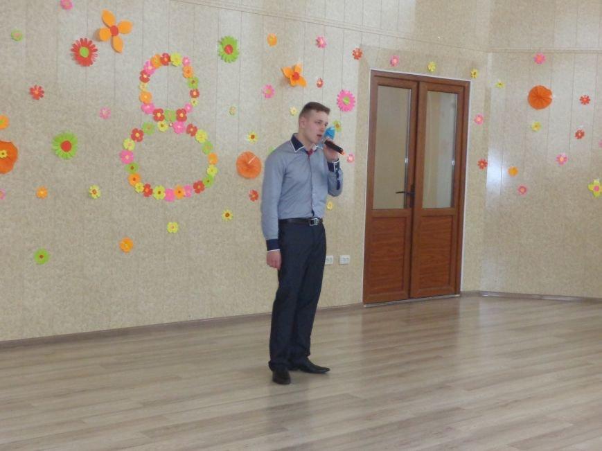 Послушные мужские сердца и изысканные слова: в ДонНТУ Красноармейска состоялся концерт, посвященный грядущему 8 марта (фото) - фото 11