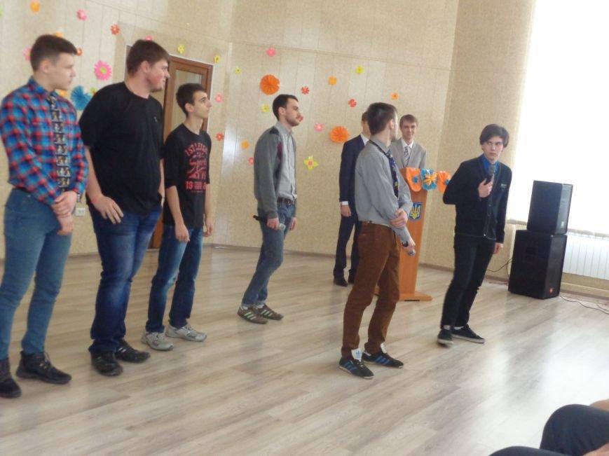 Послушные мужские сердца и изысканные слова: в ДонНТУ Красноармейска состоялся концерт, посвященный грядущему 8 марта (фото) - фото 4