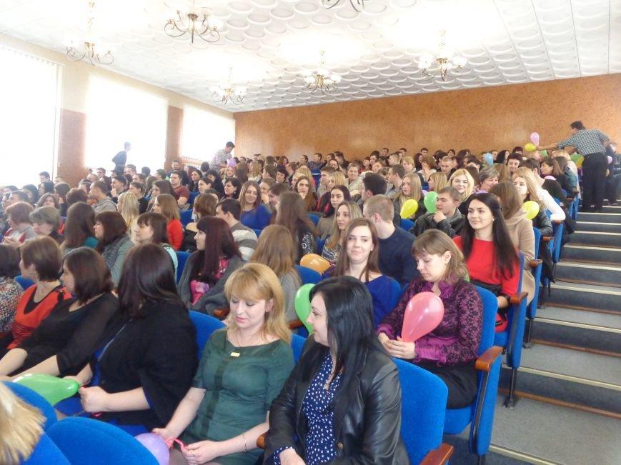 Послушные мужские сердца и изысканные слова: в ДонНТУ Красноармейска состоялся концерт, посвященный грядущему 8 марта (фото) - фото 28
