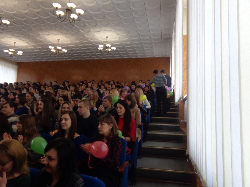Послушные мужские сердца и изысканные слова: в ДонНТУ Красноармейска состоялся концерт, посвященный грядущему 8 марта (фото) - фото 27