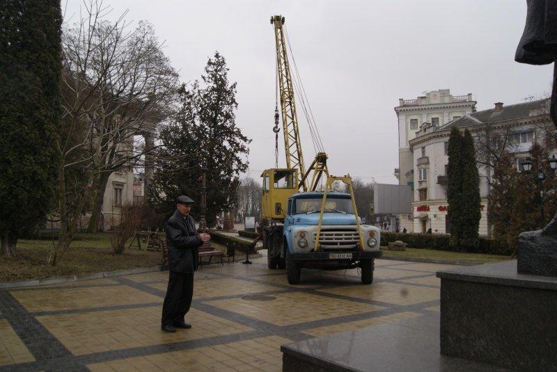 """У Тернополі відреставрували та повернули на своє місце у """"Сквер Кобзаря"""" старі світильники (фото) (фото) - фото 1"""