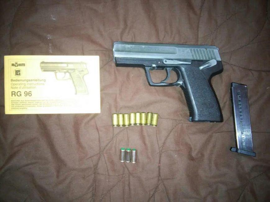Мариуполец хранил дома пистолет и коноплю (ФОТО), фото-1