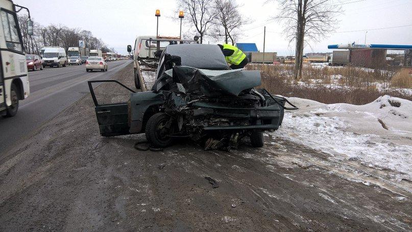 Серьезное ДТП произошло в Шушарах: машины столкнулись лоб в лоб (фото) - фото 1