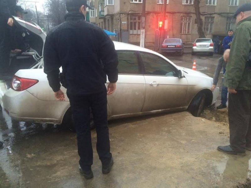 283f811a9dae9ade2f3a718420c2ca78 В центре Одессы автомобиль провалился в яму