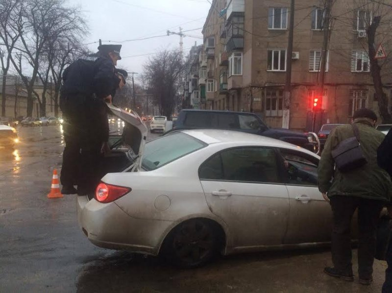 48991fb29120e7055a1b296579f88a54 В центре Одессы автомобиль провалился в яму