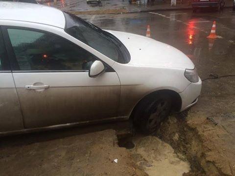 82e7817de5d418e7c4d29dece023045e В центре Одессы автомобиль провалился в яму