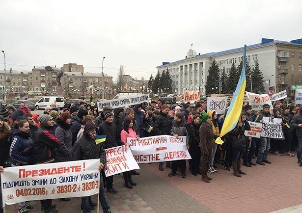 В Бердянске 3 марта на площади у ГДК протестовали коллективы заведений профтехобразования (фото) - фото 2