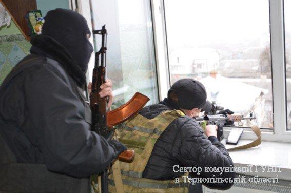 Двоє загиблих, один поранений: поблизу Тернополя зловмисник підірвався на гранаті разом із заручником (ФОТО) (фото) - фото 1
