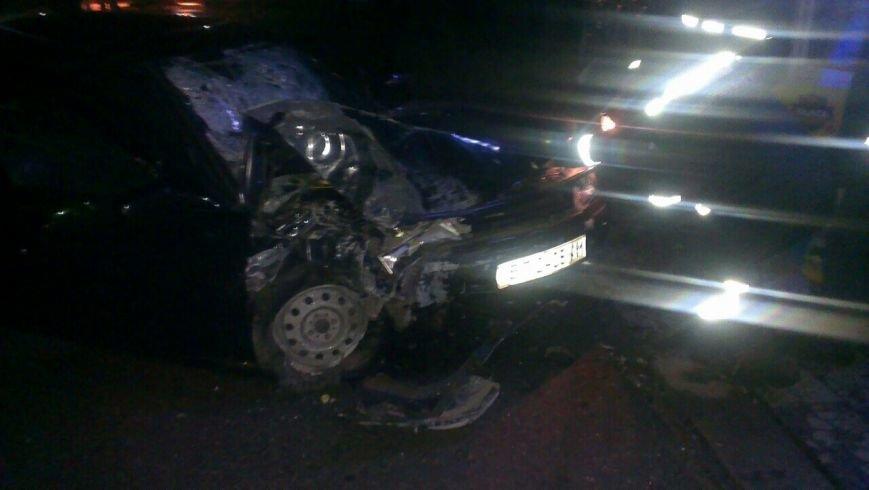 В Энергодаре машина врезалась в киоск, двое пострадавших, ФОТО (фото) - фото 1