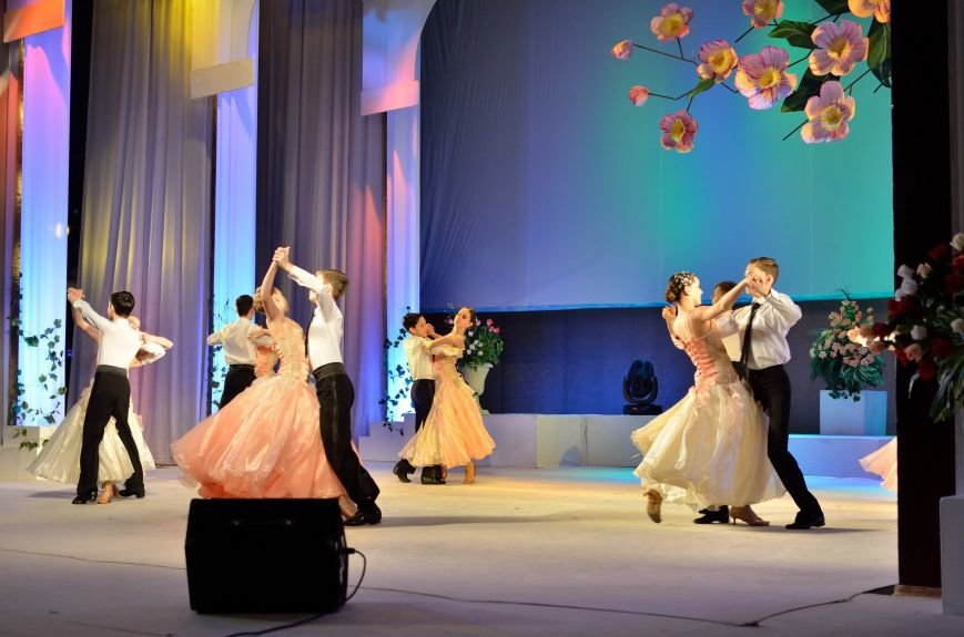 Прекрасную половину Днепродзержинска поздравили с 8 Марта (фото) - фото 1
