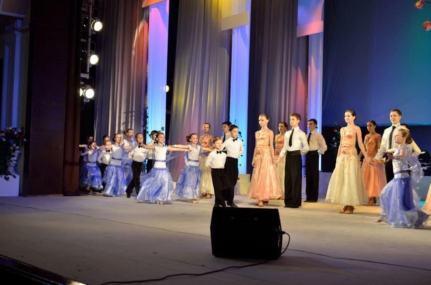Прекрасную половину Днепродзержинска поздравили с 8 Марта (фото) - фото 2
