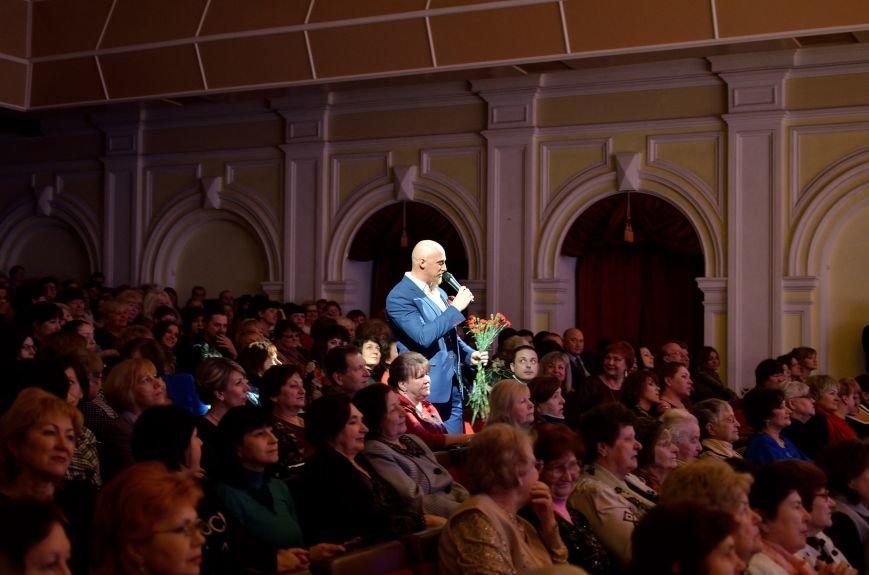 Прекрасную половину Днепродзержинска поздравили с 8 Марта (фото) - фото 3